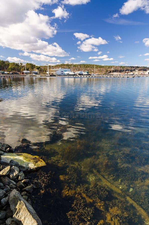 Σουηδικός χρόνος λιμενικού τοπίου θάλασσας την άνοιξη στοκ φωτογραφία με δικαίωμα ελεύθερης χρήσης