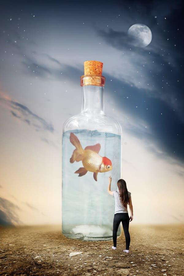 Σουρεαλησμός του μπουκαλιού γυαλιού με τα ψάρια στοκ φωτογραφία με δικαίωμα ελεύθερης χρήσης
