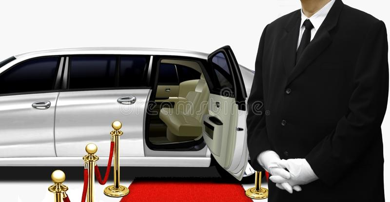 Σοφέρ που υπερασπίζεται το άσπρο limousine στοκ φωτογραφία με δικαίωμα ελεύθερης χρήσης