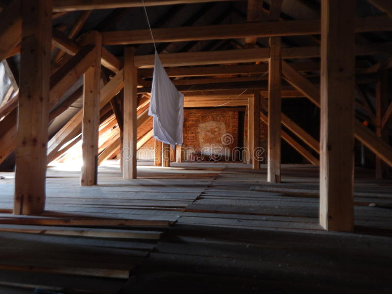 Σοφίτα κάτω από μια παλαιά ξύλινη στέγη στοκ εικόνα