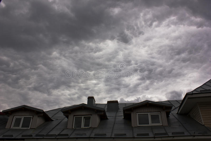 Σοφίτα σπιτιών με τα σύννεφα θύελλας στοκ φωτογραφία με δικαίωμα ελεύθερης χρήσης