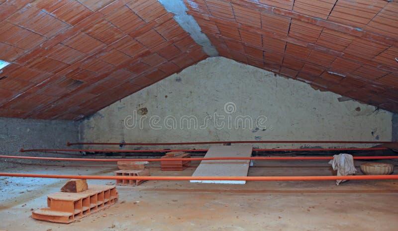 σοφίτα του σπιτιού με την κεκλιμένη στέγη και τα τραχιά τούβλα στοκ εικόνες με δικαίωμα ελεύθερης χρήσης