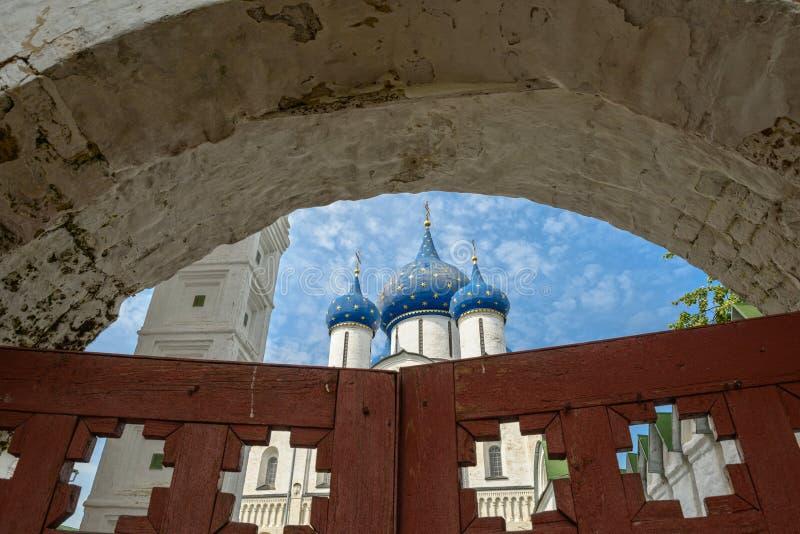 Σούζνταλ Κρεμλίνο: άποψη μέσω των παλαιών ξύλινων πυλών στον καθεδρικό ναό Nativity Ρωσία suzdal στοκ εικόνες