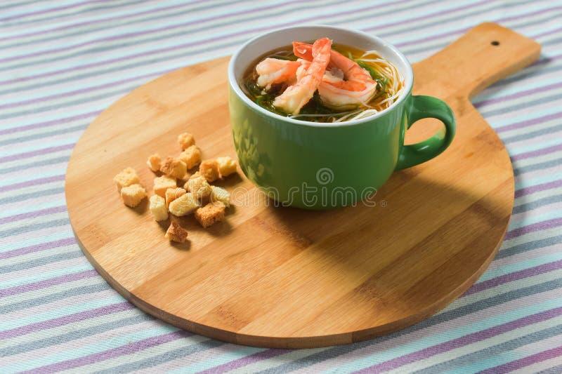 Σούπα θαλασσινών με τα νουντλς και τις γαρίδες στοκ εικόνες