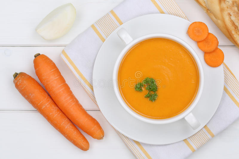 Σούπα καρότων με τα φρέσκα καρότα στο κύπελλο άνωθεν στοκ φωτογραφία