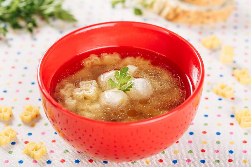 Σούπα κεφτών κοτόπουλου με το νουντλς στο κόκκινο κύπελλο στοκ εικόνες