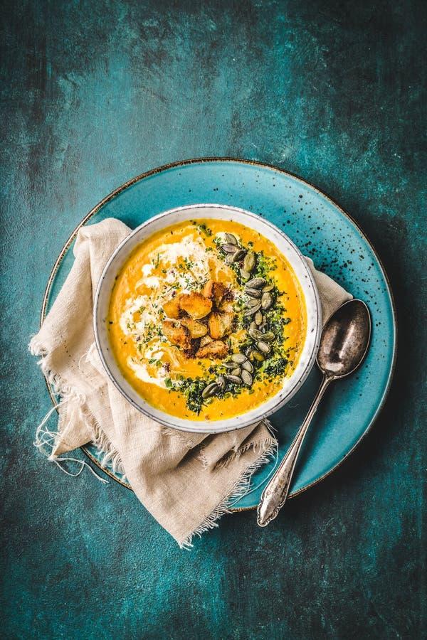 Σούπα κολοκύθας με την κρέμα, τα χορτάρια και τους σπόρους στοκ εικόνα με δικαίωμα ελεύθερης χρήσης