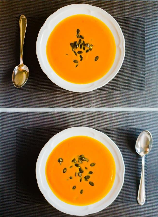 Σούπα κολοκύθας με τους σπόρους κολοκύθας έτοιμους να φάνε στο πιάτο στοκ φωτογραφίες