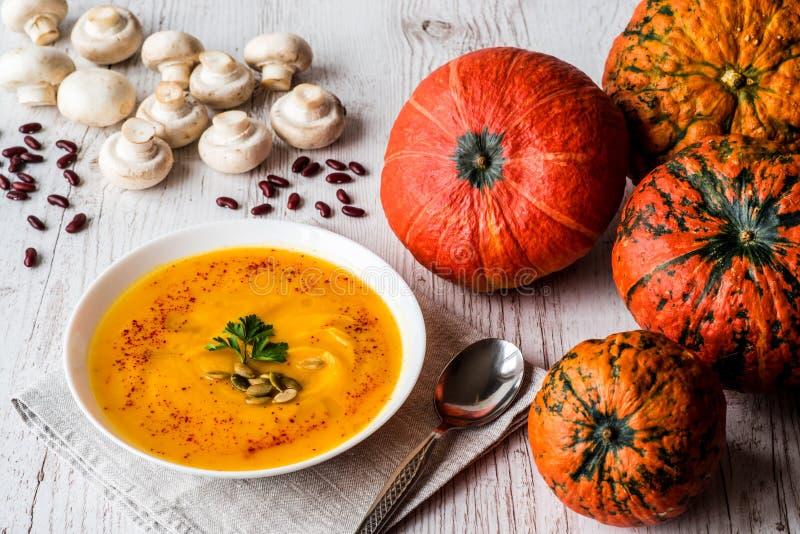 Σούπα κολοκύθας με τους σπόρους και το μαϊντανό Τρόφιμα Vegan στοκ εικόνες με δικαίωμα ελεύθερης χρήσης
