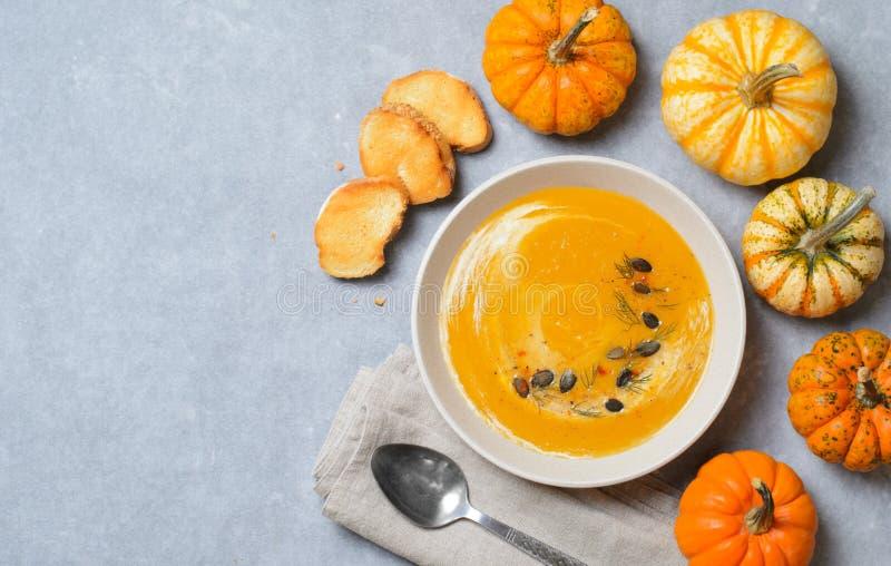 Σούπα κολοκύθας με τους σπόρους κρέμας, άνηθου και κολοκύθας, τοπ άποψη στοκ φωτογραφίες