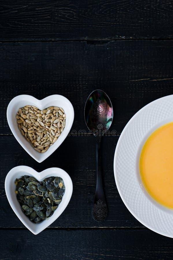 Σούπα κολοκύθας στο άσπρο πιάτο στο μαύρο υπόβαθρο στοκ φωτογραφία με δικαίωμα ελεύθερης χρήσης