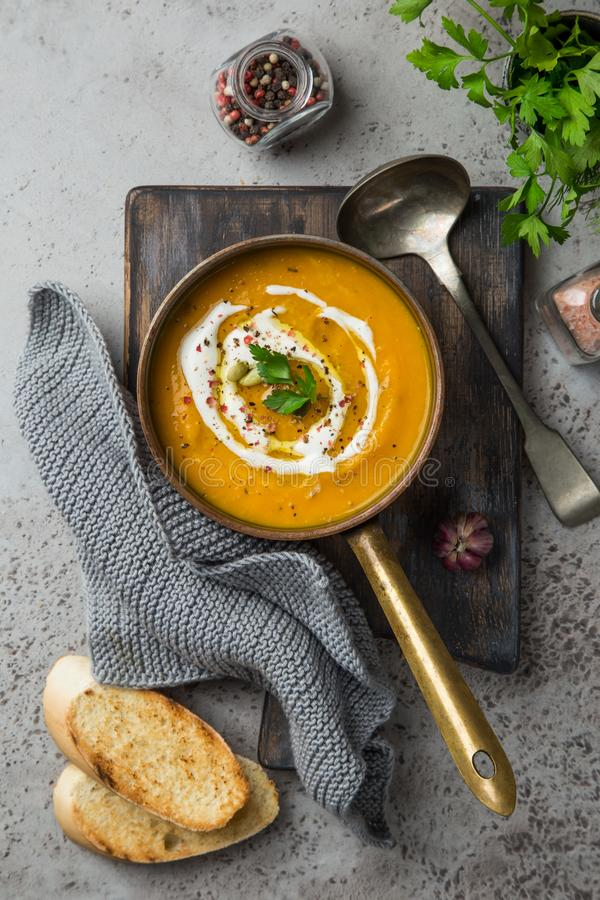 Σούπα κολοκύθας φθινοπώρου με τους σπόρους κρέμας και κολοκύθας στοκ εικόνα με δικαίωμα ελεύθερης χρήσης