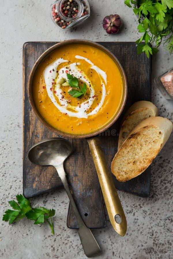 Σούπα κολοκύθας φθινοπώρου με τους σπόρους κρέμας και κολοκύθας στοκ εικόνες με δικαίωμα ελεύθερης χρήσης