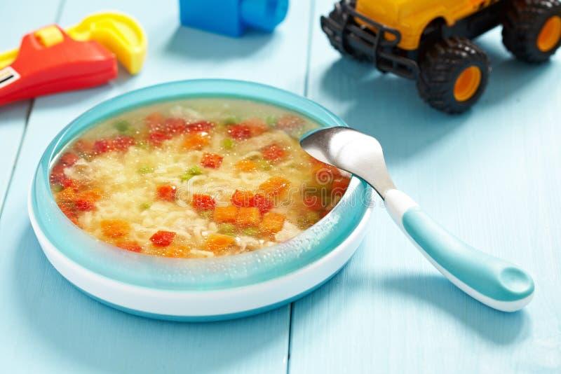 Σούπα κοτόπουλου για το μωρό στοκ εικόνες