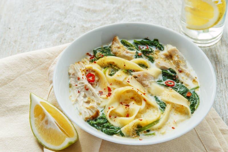 Σούπα κοτόπουλου κάρρυ καρύδων με τα νουντλς σε ένα πιάτο στοκ εικόνα
