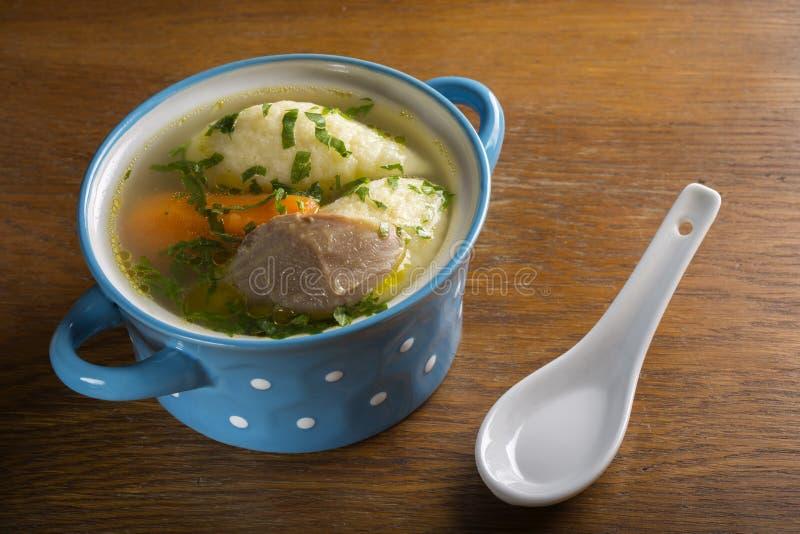 Σούπα κοτόπουλου με τις μπουλέττες στοκ φωτογραφία