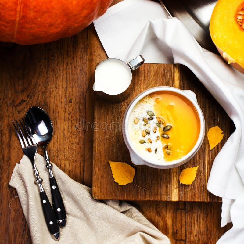 Σούπα κολοκύθας με τους κτυπημένους σπόρους κρέμας και κολοκύθας σε ένα άσπρο pla στοκ φωτογραφίες με δικαίωμα ελεύθερης χρήσης