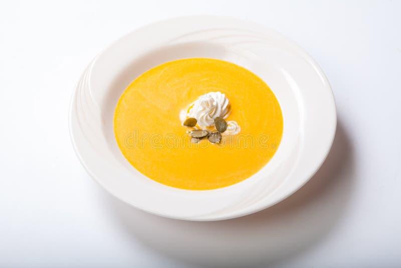 Σούπα κολοκύθας με τους κτυπημένους σπόρους κρέμας και κολοκύθας στοκ φωτογραφία με δικαίωμα ελεύθερης χρήσης