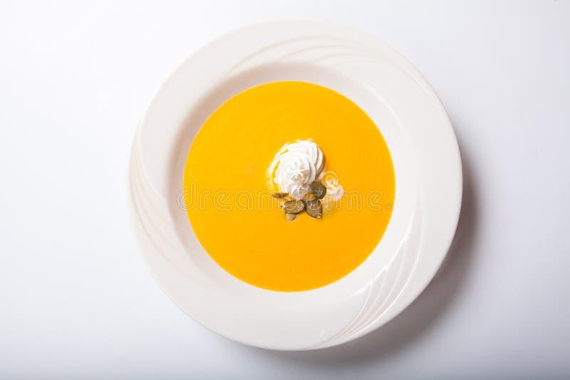 Σούπα κολοκύθας με τους κτυπημένους σπόρους κρέμας και κολοκύθας στοκ φωτογραφίες