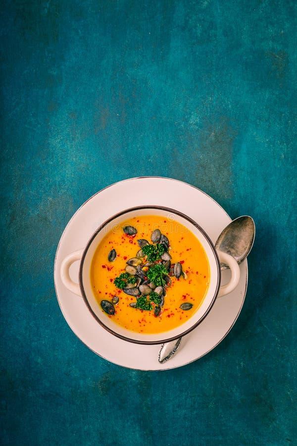 Σούπα κολοκύθας με τους σπόρους κολοκύθας και τα πιπέρια τσίλι στοκ εικόνα με δικαίωμα ελεύθερης χρήσης