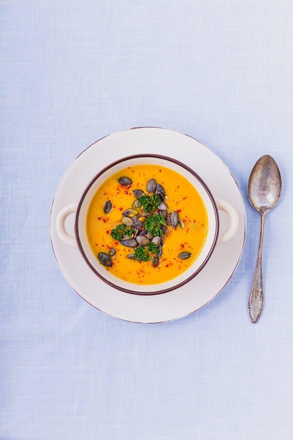 Σούπα κολοκύθας με τους σπόρους κολοκύθας και τα πιπέρια τσίλι στοκ φωτογραφία με δικαίωμα ελεύθερης χρήσης