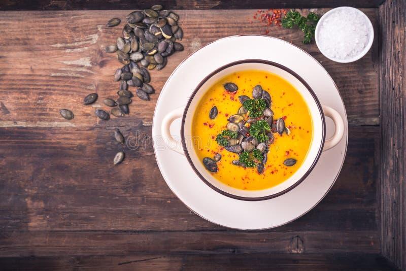 Σούπα κολοκύθας με τους σπόρους κολοκύθας και τα πιπέρια τσίλι στοκ φωτογραφίες