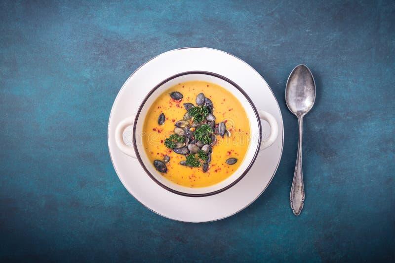 Σούπα κολοκύθας με τους σπόρους κολοκύθας και τα πιπέρια τσίλι στοκ εικόνες
