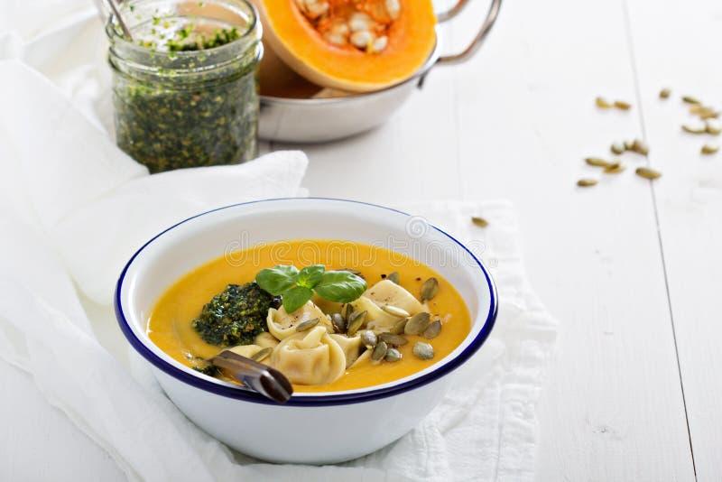 Σούπα κρέμας κολοκύθας με το tortellini τυριών στοκ εικόνες