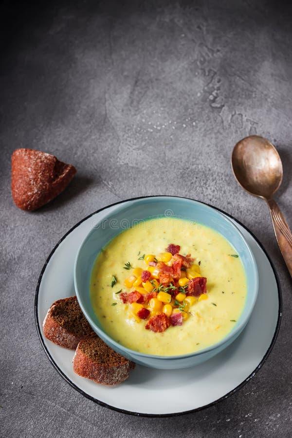 Σούπα κρέμας με το καλαμπόκι και το ζαμπόν στοκ φωτογραφίες με δικαίωμα ελεύθερης χρήσης