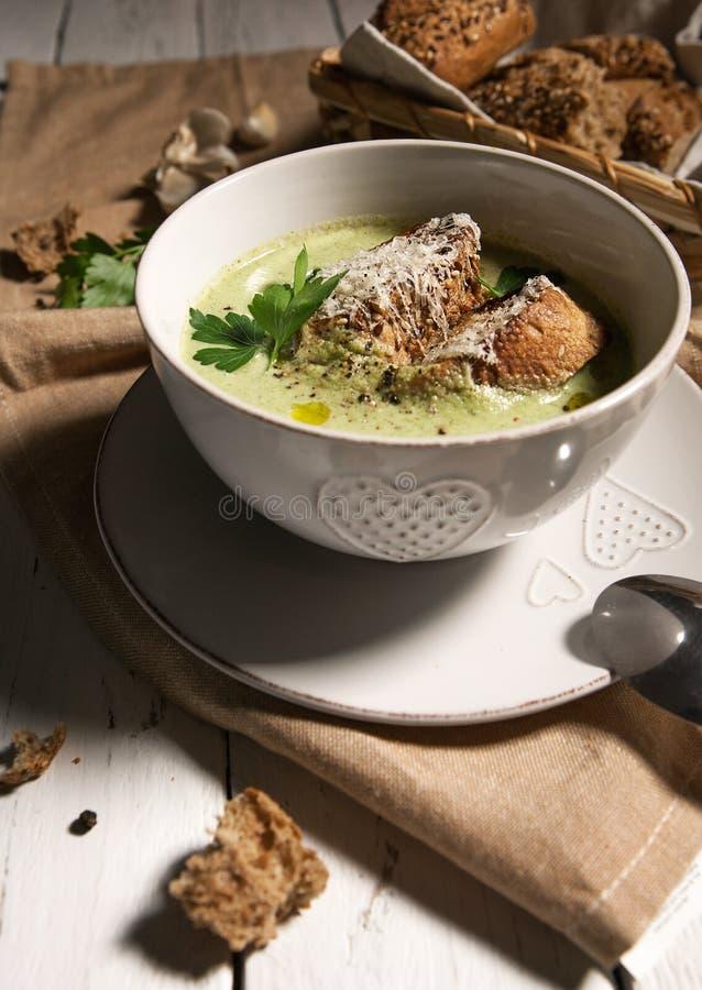 Σούπα κρέμας μπρόκολου με croutons και το τυρί στοκ εικόνες