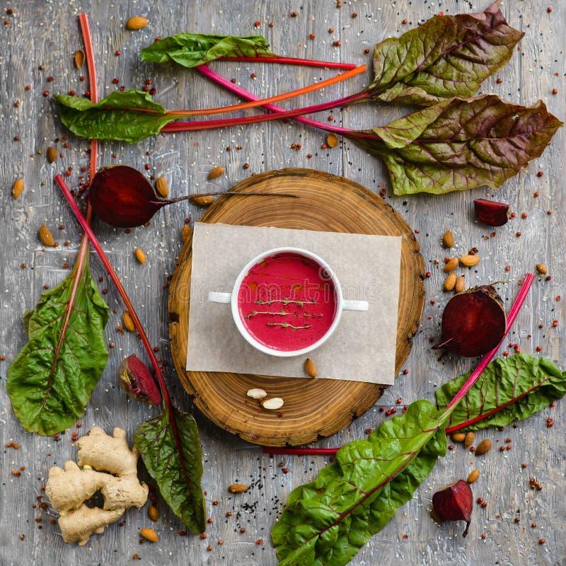 Σούπα κρέμας τεύτλων gazpacho Vegan flatlay στοκ φωτογραφία