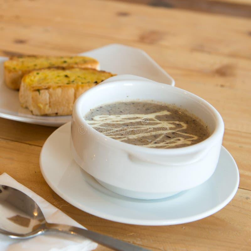 Σούπα μανιταριών με το ψωμί σκόρδου στοκ φωτογραφίες με δικαίωμα ελεύθερης χρήσης
