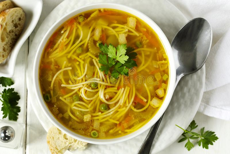 Σούπα με τα ζυμαρικά και τα λαχανικά στοκ εικόνες