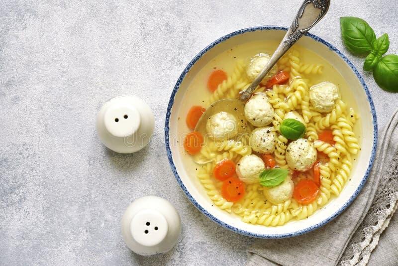 Σούπα με τα κεφτή κοτόπουλου και τα ζυμαρικά, τοπ άποψη στοκ φωτογραφίες
