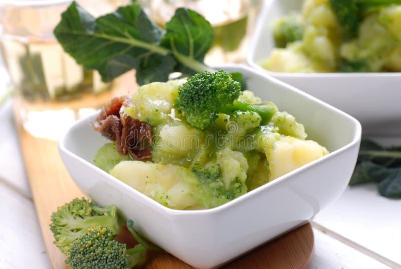 Σούπα με τις πατάτες και το μπρόκολο στοκ εικόνα με δικαίωμα ελεύθερης χρήσης