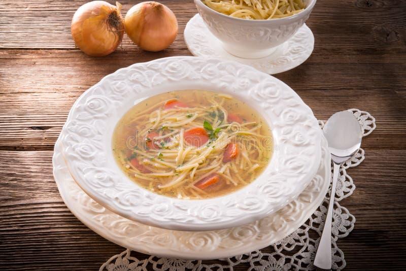 Σούπα νουντλς με το ζωμό βόειου κρέατος στοκ φωτογραφίες