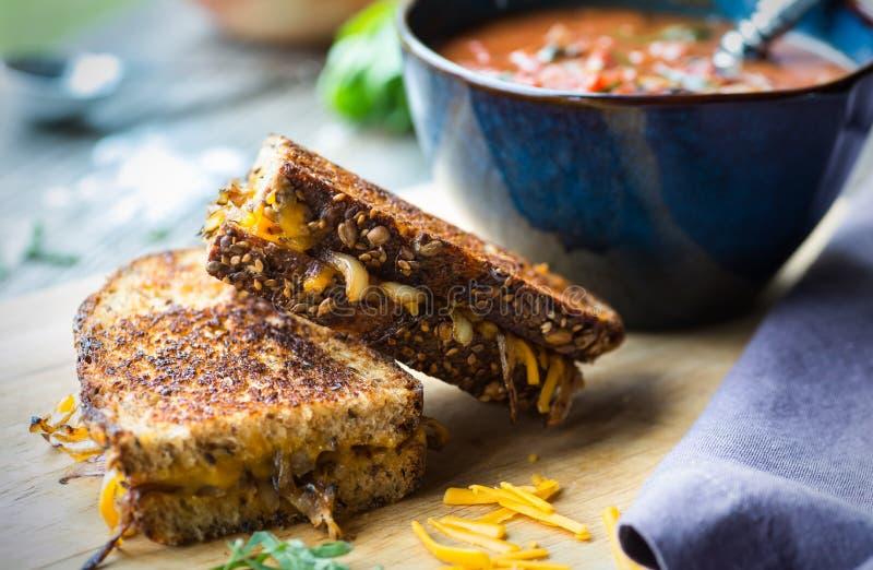 Σούπα ντοματών με το ψημένο στη σχάρα τυρί στοκ εικόνα με δικαίωμα ελεύθερης χρήσης