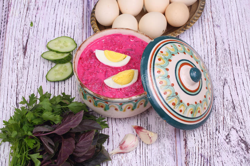Σούπα παντζαριών - κρύα σούπα ένα τεύτλο και ένα αυγό που υποβάλλονται με με τα πράσινα στοκ φωτογραφίες με δικαίωμα ελεύθερης χρήσης
