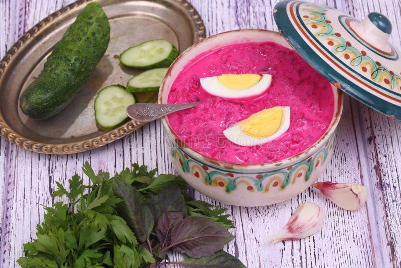 Σούπα παντζαριών - κρύα σούπα ένα τεύτλο και ένα αυγό που υποβάλλονται με με τα πράσινα στοκ εικόνες