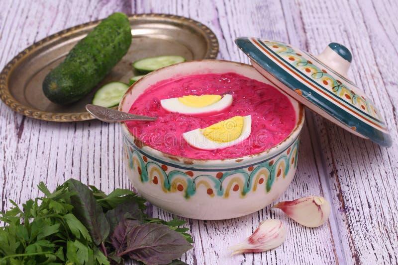 Σούπα παντζαριών - κρύα σούπα ένα τεύτλο και ένα αυγό που υποβάλλονται με με τα πράσινα στοκ φωτογραφία