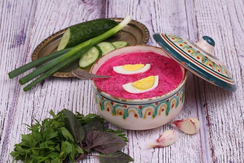 Σούπα παντζαριών - κρύα σούπα ένα τεύτλο και ένα αυγό που υποβάλλονται με με το μαϊντανό στοκ φωτογραφίες