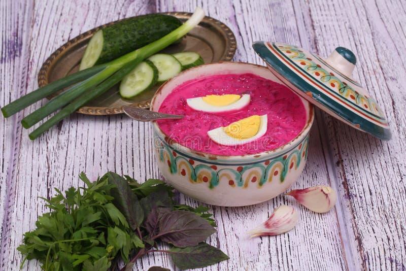 Σούπα παντζαριών - κρύα σούπα ένα τεύτλο και ένα αυγό που υποβάλλονται με με το μαϊντανό στοκ εικόνες