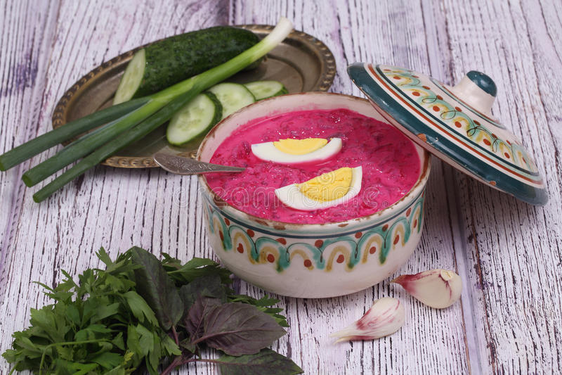 Σούπα παντζαριών - κρύα σούπα ένα τεύτλο και ένα αυγό που υποβάλλονται με με το μαϊντανό στοκ φωτογραφία με δικαίωμα ελεύθερης χρήσης