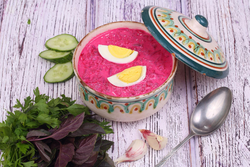 Σούπα παντζαριών - κρύα σούπα ένα τεύτλο και ένα αυγό που υποβάλλονται με με το gre στοκ φωτογραφία με δικαίωμα ελεύθερης χρήσης