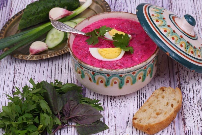 Σούπα παντζαριών - κρύα σούπα ένα τεύτλο και ένα αυγό που υποβάλλονται με με την ισοτιμία στοκ εικόνες με δικαίωμα ελεύθερης χρήσης