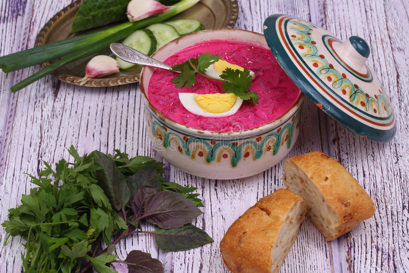 Σούπα παντζαριών - κρύα σούπα με ένα τεύτλο και ένα αυγό που υποβάλλονται σε μια σούπα στοκ εικόνες