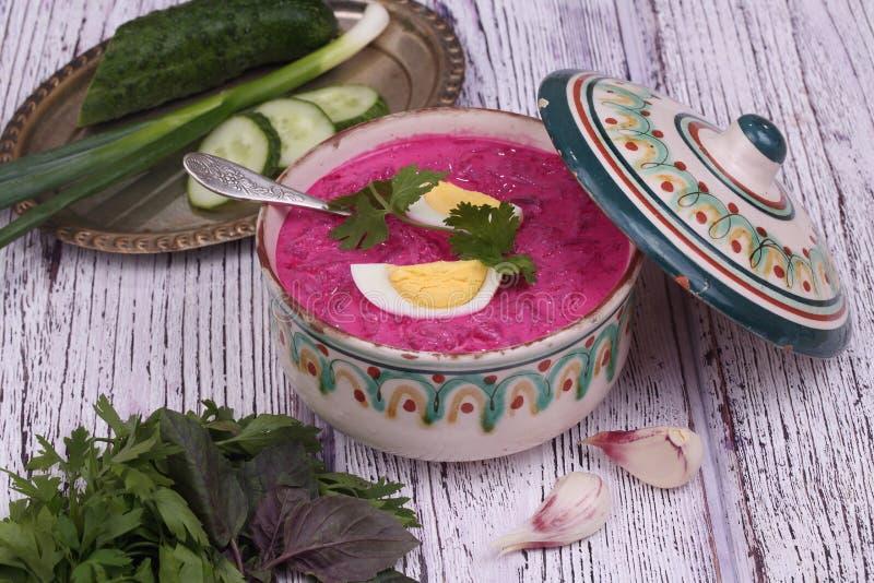 Σούπα παντζαριών - κρύα σούπα με ένα τεύτλο και ένα αυγό που υποβάλλονται σε μια σούπα στοκ εικόνες με δικαίωμα ελεύθερης χρήσης