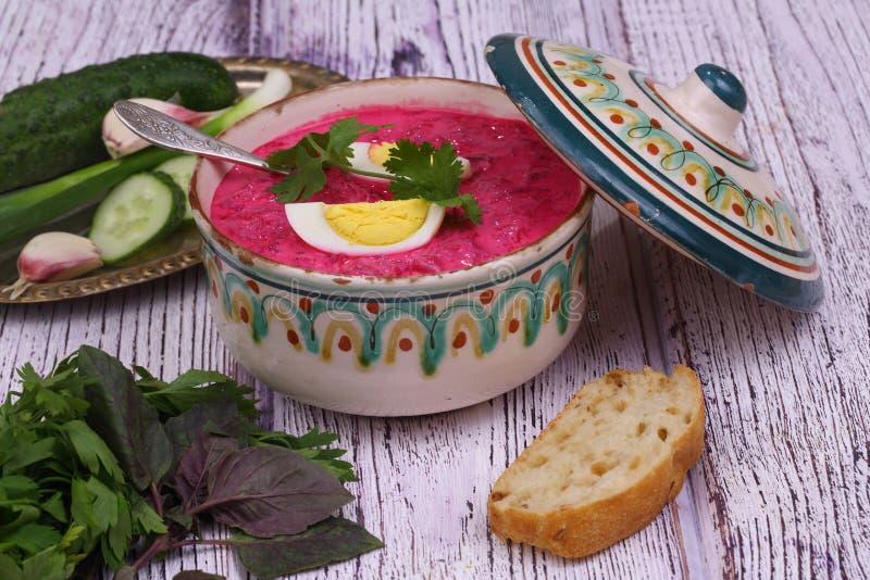 Σούπα παντζαριών - κρύα σούπα με ένα τεύτλο και ένα αυγό που υποβάλλονται σε ένα sou στοκ φωτογραφίες