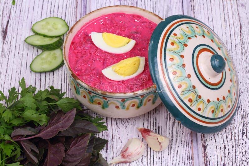 Σούπα παντζαριών - κρύα σούπα με ένα τεύτλο και ένα αυγό στοκ εικόνες