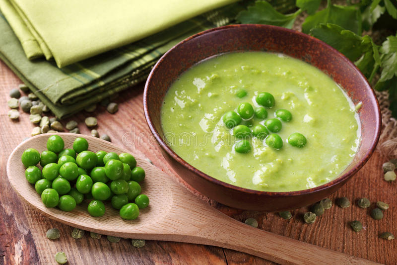 σούπα πράσινων μπιζελιών στοκ φωτογραφίες